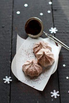 Les petites meringues au chocolat et à la cannelle