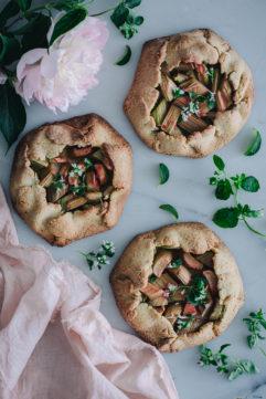 Tarte rustique à la rhubarbe et rhubarbe rôtie