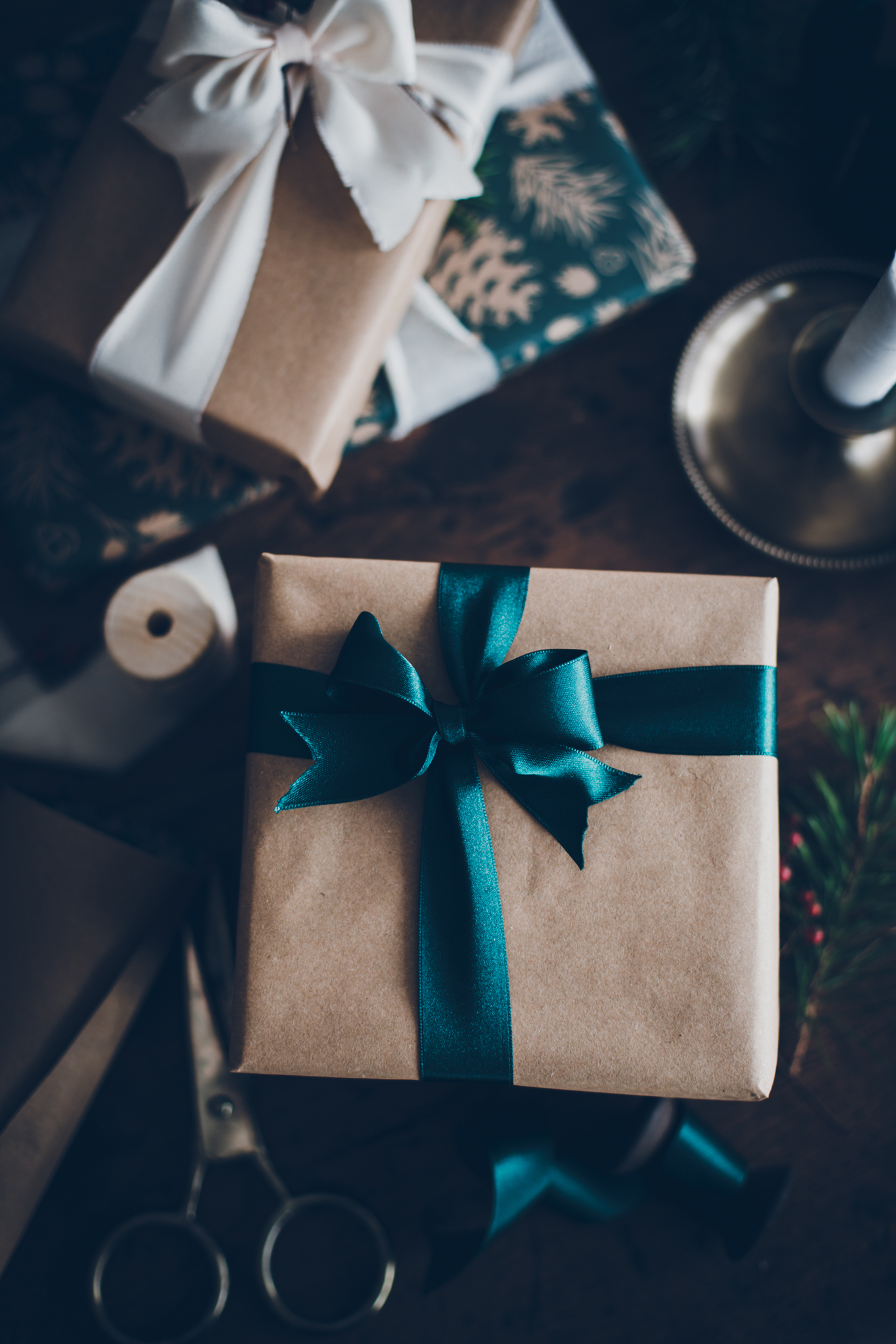 Christmas wrapping gift with ribbons - Carnets Parisiens