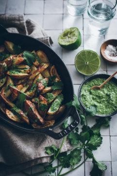 Pommes de terre rôties et sauce verte